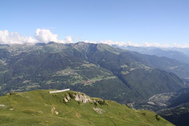 Vue sur l'ubac et le fond de vallée depuis les montagnettes