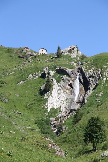 """La chapelle Sainte Marguerite, qui veille sur Plan Pichu, """"le plateau qui pisse"""""""